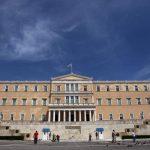 Επίθεση με μπογιές και καπνογόνα από αγνώστους στη Βουλή