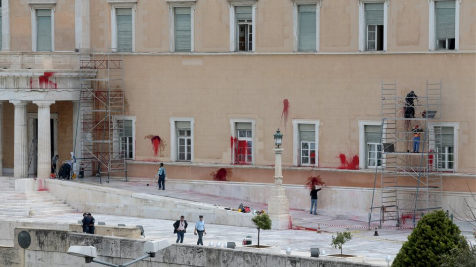 Ελεύθερος με εγγύηση 30.000 ευρώ το στέλεχος του Ρουβίκωνα γιαν την επίθεση στη Βουλή