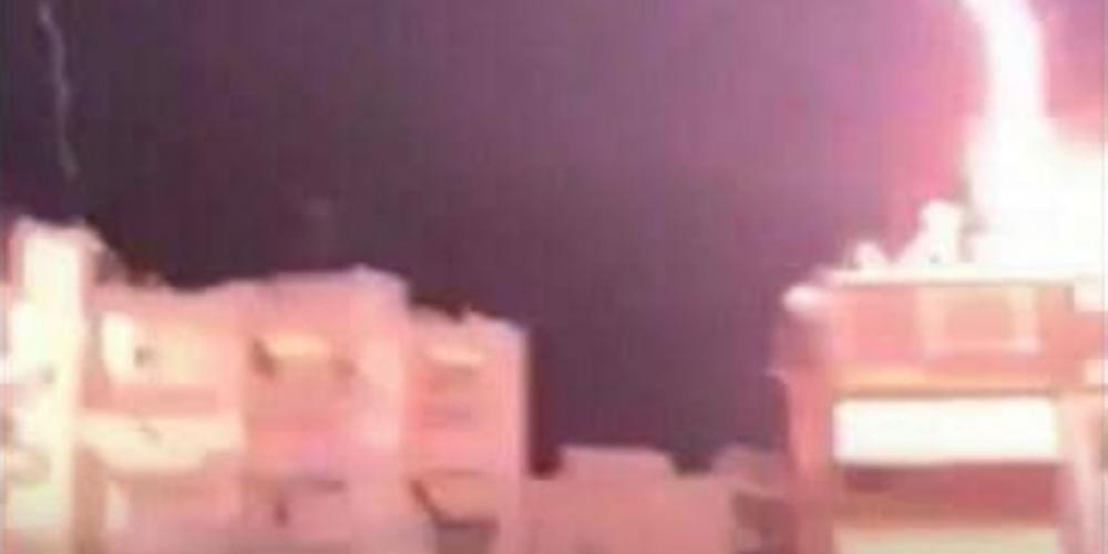 Απίστευτη εικόνα: Κεραυνός έπεσε πάνω σε σπίτι στη Θεσσαλονίκη (Βίντεο)