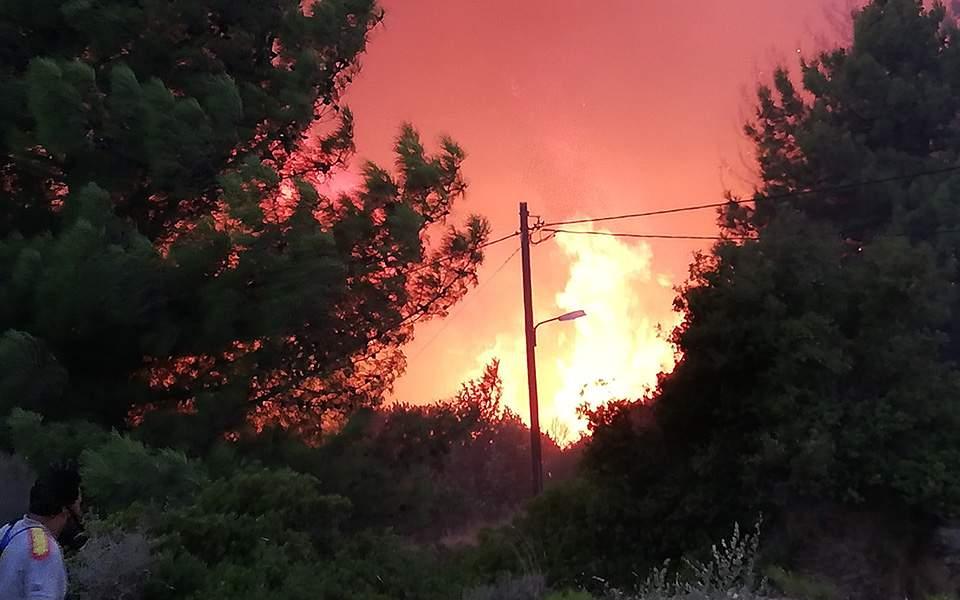 Σάμος: Χωρίς ενεργά μέτωπα η φωτιά – Δεν απειλούνται σπίτια και ξενοδοχεία
