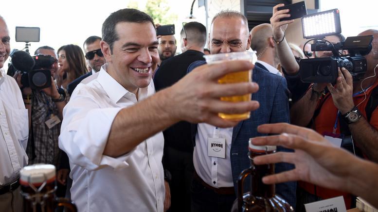 Η περιοδεία Τσίπρα στα περίπτερα της 84ης ΔΕΘ – Tα δώρα , οι μπύρες και οι ευχές