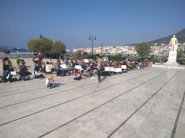 Σε νέα καθιστική διαμαρτυρία μετανάστες πλατεία Θεμιστοκλή Σοφούλη