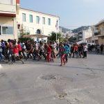Mετανάστες διαδήλωσαν στην πόλη της Σάμου ζητώντας να φύγουν από το νησί
