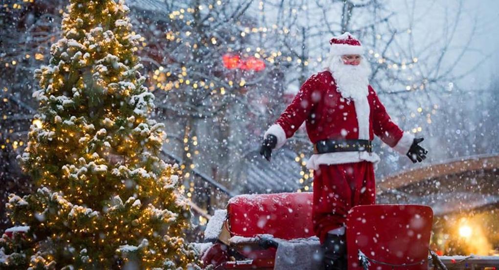 Ο Άγιος Βασίλης μοιράζει δώρα στα παιδιά όλου του κόσμου