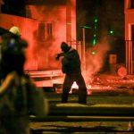 Λέσβος: Τραυματίες αστυνομικοί από σκάγια – Υπό πολιορκία διμοιρίες των ΜΑΤ βρήκαν καταφύγιο σε στρατόπεδο!