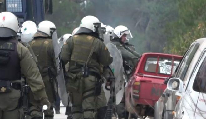 Μυτιλήνη: Άντρας των ΜΑΤ σπάει τζάμι αυτοκινήτου-Το βίντεο