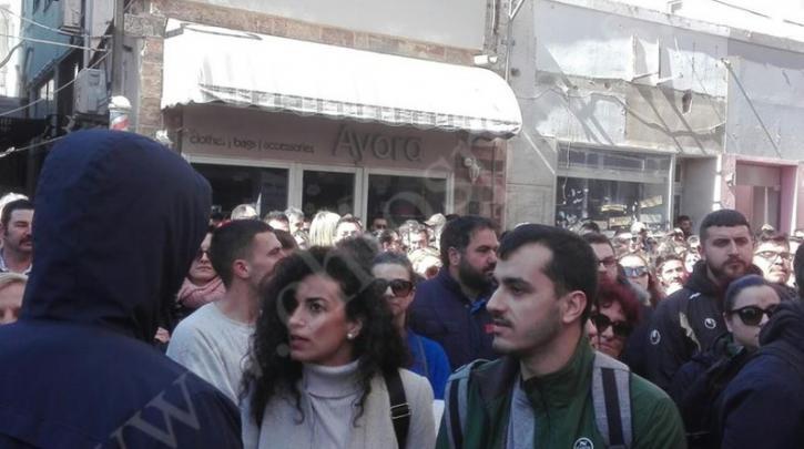 Συγκέντρωση έξω από το γραφείο του Μηταράκη στη Χίο (βίντεο)