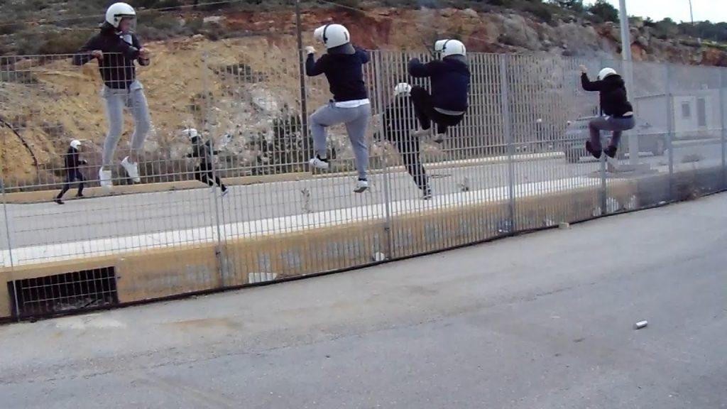Σοβαρά επεισόδια στο λιμάνι της Χίου κατά την αποχώρηση των ΜΑΤ